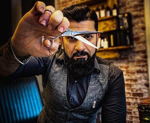 Karam Abdelhadi er frisør og driver barbersalong på Holmlia. I tillegg har han et eget merkenavn som selger frisørutstyr.