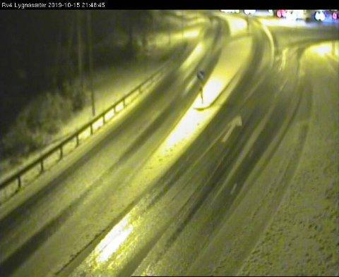 SNØ: Slik så det ut på riksveg 4 over Lygna klokka 21.48 tirsdag kveld.