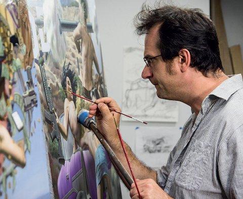 TAR MED BILDENE SINE: - I bildene sine bygger Nicola Verlato opp samfunnsaktuelle tema i en realistisk stil med barokkens komposisjon. Han tegner først, så lager han modeller i et 3D-prgram og printer ut skulpturer før han maler dem, forteller Tone Lyngstad Nyaas om kunstneren som kommer stiller ut i Larvik kirke lørdag 7. september.
