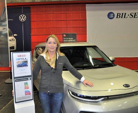 MANNSDOMINERT: – I 2020 har vi altfor få kvinner i bilbransjen, sier KIA-selger Anne Sørland ved Bil-Service.