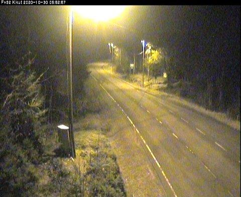 GLATT: Her ved Kikut mellom Skien og Siljan ble det meldt om glatte veier fredag morgen. Foto: Statens vegvesen