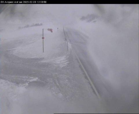 UVÆR: E6 over Dovrefjell er stengt på grunn av uvær. Slik så det ut på fjellet søndag ettermiddag. Foto: Statens vegvesen