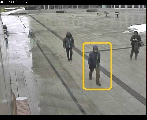 Politiet ønsker å komme i kontakt med denne mannen og har nå frigitt en video. Mannen har status som vitne i saken. Foto: Stillbilde fra overvåkningsvideo/Politiet
