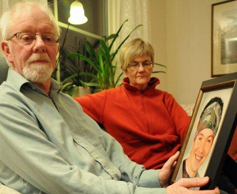 MINNER IGJEN: Geir Birger Landmark og Eva krogstad Landmark har blant annet dette bildet som minne av sønnen Endre (26).