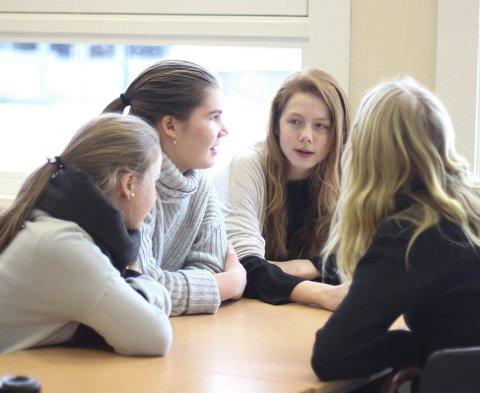 Aiste Gedrimaite (til venstre), Mariann Beausire, Victoria Koller og Carina Fjellsol planlegger sin film. De gleder seg til å være med i konkurransen.