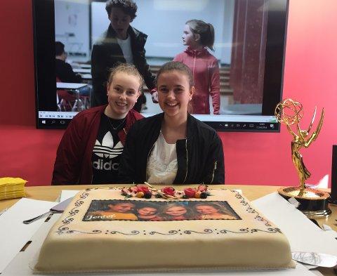 Emilie Fjelldal og Marie Eriksen fikk være med å feire Emmy-prisen til NRK-serien Jenter.