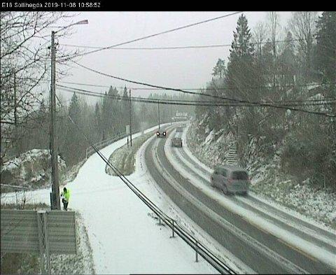 Snø: Trafikkameraet til Statens vegvesen på Sollihøgda viser at snøen har startet å legge seg oppe i høyden. Snøværet har vært meldt i flere dager.