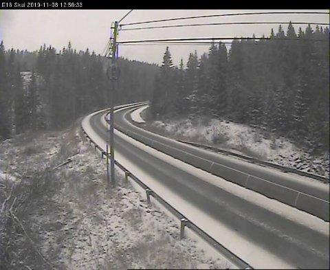 Ikke noe kø: Trafikkameraet til Statens vegvesen på Sollihøgda viser at køen er borte, men snøen har startet å legge seg oppe i høyden. Det advares mot glatt veibane.