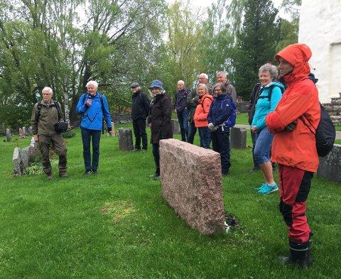 Gudmund Bakke med mikrofonen forteller om Svenskeroa ved Hole kirke.