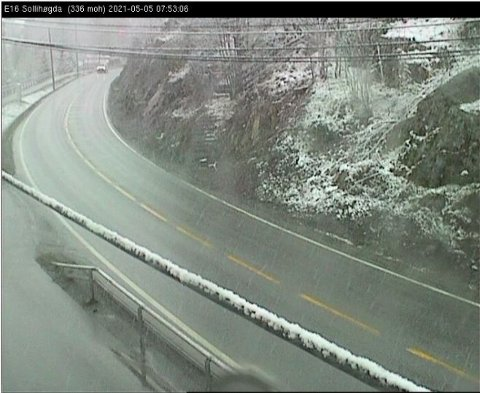 SNØ I LUFTA: Vegvesenet advarer mot vanskelige kjøreforhold onsdag morgen. Dette bildet er fra webkameraet på Sollihøgda klokka 08.