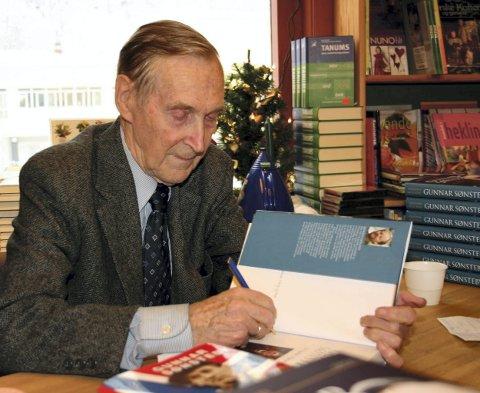 RJUKANGUTT: Gunnar «Kjakan» Sønsteby fra den gangen han signerte bøker på Køhn bokhandel i 2004.