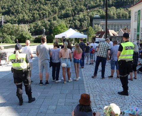 VÅPEN: Politiet har hatt  generell bevæpning  de siste dagene. Her fra 22.juli markeringen på Rjukan Torg. torsdag ettermiddag.