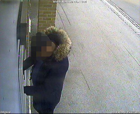 ETTERLYSES: Politiet på Romerike etterlyser denne mannen og en mann i rød jakke etter at en eldre kvinne ble forfulgt og robbet lørdag ettermiddag i Lillestrøm sentrum. FOTO: POLITIET