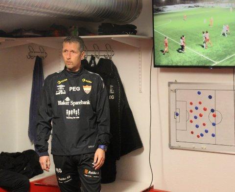 VIL LÆRE MER: Sørumsand-trener Per Einar Gjelsvik studerer forskjellene mellom norsk fotball og fotballen som spilles på Kontinentet.