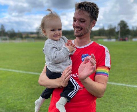 SEIERSKOS: Både pappa Martin og lille Alma var storfornøyde etter Blakers seier mot Sørumsand.