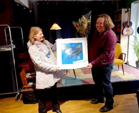 TOFTE PÅ KULTURKARTET:  Lene Conradi overrekker prisen til Ronnie M. A. G. Larsen., som er den første kulturprisvinneren i den nye stor-kommunen.