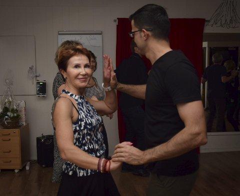 Pur glede: Lolita Skripkauskiene, opprinnelig fra Litauen, stråler når hun danser. Hun er blant flere som kommer til å reise til Oslo for å fortsette salsaen, nå som tilbudet forsvinner fra Indre Østfold.