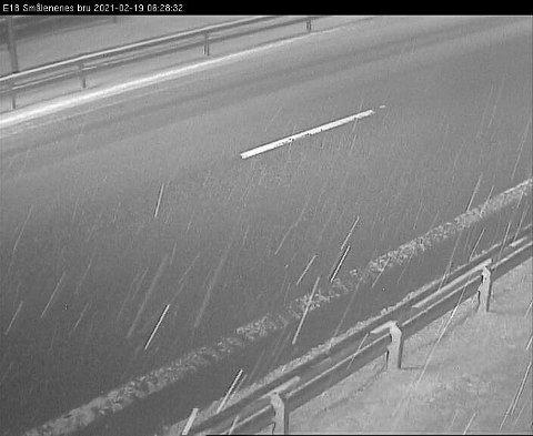 E18: Webkamera ved Smaalenenes bru viser veiforholdene kl 06.30  fredag morgen