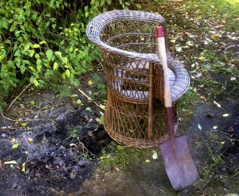 SKITER I DET: Denne kurvstolen i hagen nesten midt i Skien sentrum brukes som toalett. Avfallstoffene graves ned i jorda.