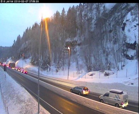 Det har oppstått kø på E18 etter en frontkollisjon torsdag morgen. Foto: Statens vegvesen webkamera