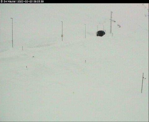 E 134 over Haukelifjell var fortsatt stengt søndag morgen. Foto: Webkameraet til Statens vegvesen