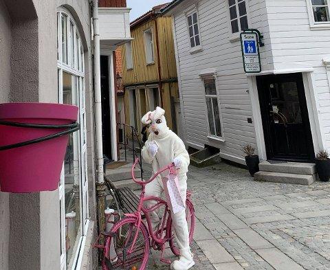 TRAVEL: Karoline Sørensen Håstul har travle dager foran seg, utkledd som påskehare.