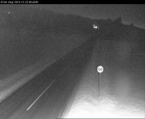 Det er svært glatte veier i distriktet tidlig onsdag morgen. Dette bildet er tatt på E134 ved Vinje. Foto: Statens vegvesen