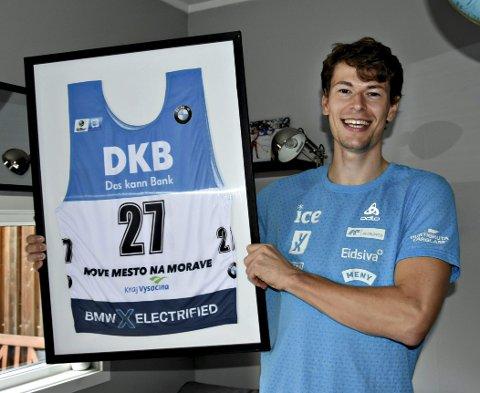 Startnummer rammet inn: Sturla Holm Lægreid med det historiske startnummeret fra debuten i verdenscupen i Nove Mesto.