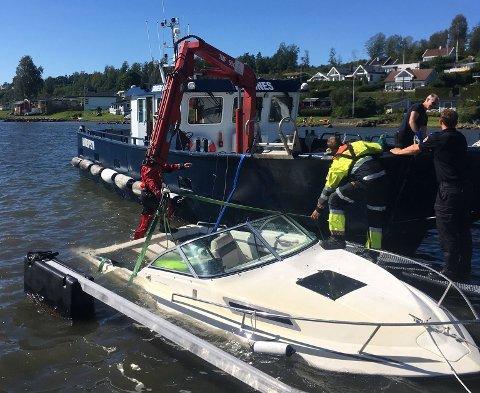 Tønsberg havnevesen bistod med hevingen med båten «Kaldnes».