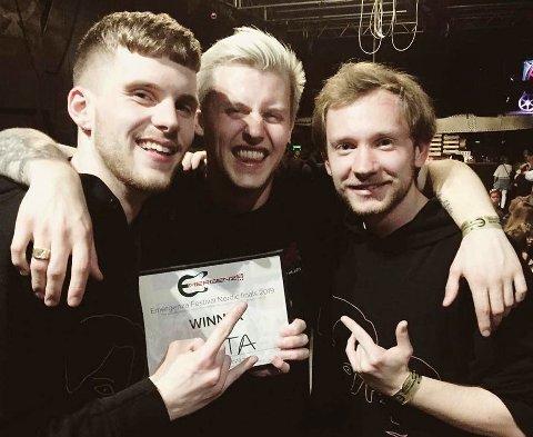 VINNERE: Her har bandet Arata mottatt beviset på at de gikk til topps i den nordiske finalen. Men det stoppet ikke der. Fra venstre: Øyvind Lunde (bass), Jonas Hansen (vokal) og Nikolai Lysnes (trommer).