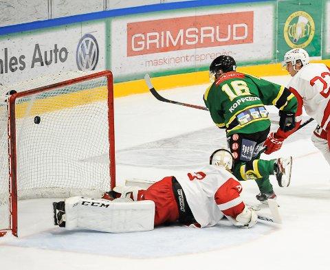 DISSE FÅR LOV: Tønsberg Vikings får som 1. divisjonsklubb lov til å spille ishockey, det får ikke breddehockeylag. Her fra seriekampen mellom Comet Halden og Vikings i oktober 2019.