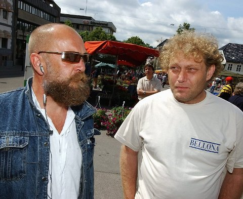 FOR TETTE BÅND: Artikkelskribenten mener det er for tette bånd mellom Bellonas Olaf Brastad (til venstre) og Frederic Hauge og Noah på Langøya.