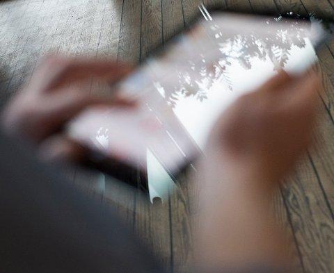 SJANSESPILL: At barn fra 1. klasse nå er pålagt å bruke iPad på skolen og til lekser kan ikke ses på som annet enn et stort eksperiment med deres helse, mener forfatteren.