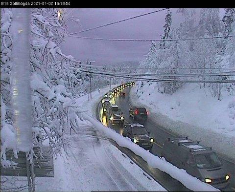 Mange er på vei ned fra fjellet allerede lørdag ettermiddag. Her fra E16 på Sollihøgda.