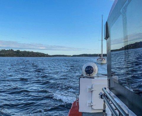 VIND OG STRØM SVIKTET: Vinden sviktet og batteriet var tomt da seilerne skulle legge til kai. Derfor måtte mannskapet om bord på RS «Eivind Eckbo» bistå seilbåten, som i stedet for dieselmotor har batterimotor. Her fra slepet mot Jarlsø.