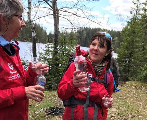 RAST PÅ VODKABERGET: Turleder Mette Erlien lover naturligvis ikke vodka på søndagens tur, men nøyer seg med å illustrere hvor stedet har fått navnet sitt fra.