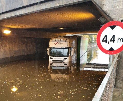 TRØBBEL: Onsdag morgen forsøkte denne lastebilen og komme seg gjennom den oversvømte undergangen. Det var ikke lurt.