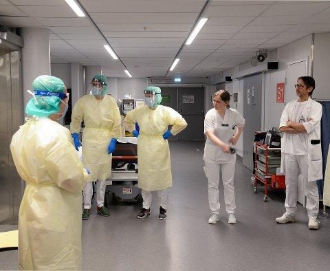21 personer har vært innlagt med bekreftet covid19-virus på Universitetssykehuset i Nord-Norge. 17 av disse her på UNN i Tromsø. Dette bildet er tatt i forrige uke på UNNs mottak for pasienter mistenkt eller bekreftet for smitte.