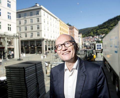 KLAR: Festspillsjef Anders Beyer gleder seg til å møte sitt publikum: – Jeg har en fullstendig barnslig glede av det når publikum går fra forestillingen med et smil om munne, sier han. FOTO: SKJALG EKELAND