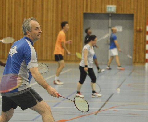 Badminton er en gedigen sport på verdensbasis, men her i Norge er det en forholdsvis liten idrett. I Europa er det Danmark som er ledende i idretten. Her ser vi Ferenc Macsali på trening med Djervs badmintongruppe. De har omtrent 80 aktive badmintonspillere i klubben. Foto: Sindre Wiik