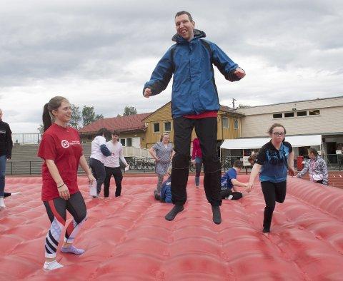 Fun Games: Robin Wright (27) elsker hoppemadrassen. Her hopper han sammen med medhjelper Isabel Gjertsen (t.v.) fra Knarvik videregående skole. FOTO: ARNE RISTESUND