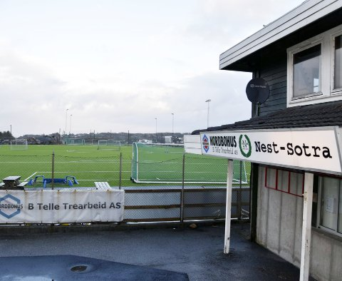 Nest-Sotras anlegg ute på Skålevik er ikke noe klubben ønsker å eie lenger. – Det er bare utgifter på det, sier styreleder Ole Kårtveit. Klubben håper på en redningsplanke fra Fjell kommune.