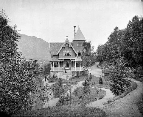 Familien Mohrs sommarhus «Stupet» slik det var i byrjinga frå 1882. Arkitekt var Peter A. Blix. Gjennom åra var Stupet kanskje den staden i Noreg keisar Wilhelm II følte seg mest velkomen.