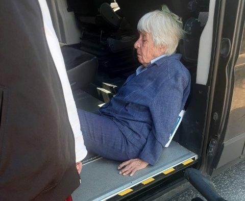 Den 92 år gamle moren til Marta Midttun ble fraktet hjem i taxi, liggende på gulvet.