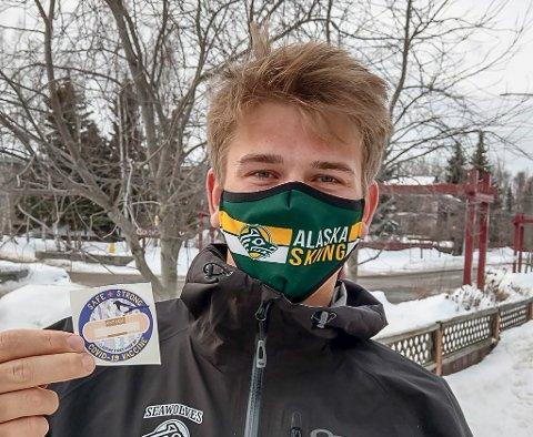 VAKSINERT: Sigurd Rønning fra Vikersund er student i Alaska, og har allerede fått vaksine mot korona. Merket han viser fram fikk at etter at vaksinen ble satt.