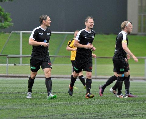 KLARE FOR DT-CUPEN: Thomas Sørum (f.v.), Magnus Sylling Olsen og resten av Stoppen skal delta i den lokale fotballturneringen - i likhet med 49 andre lag.
