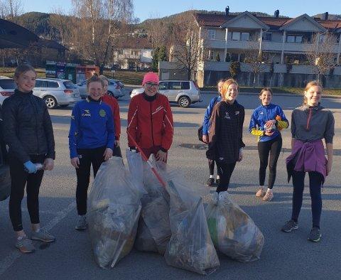 ENGASJERTE: 13 år gamle Emilie Bech (i midten) og lagvenninnene på håndballaget er ivrige søppelplukkere i nærområdet.
