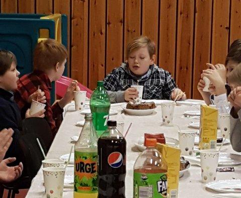 """BURSDAG: Tor Emil feiret 12 årsdagen sin på lørdag. Takket være brøytesjåførene som kjørte """"bursdagskolonne"""" for at gjestene skulle komme seg til og fra Kamøyvær."""