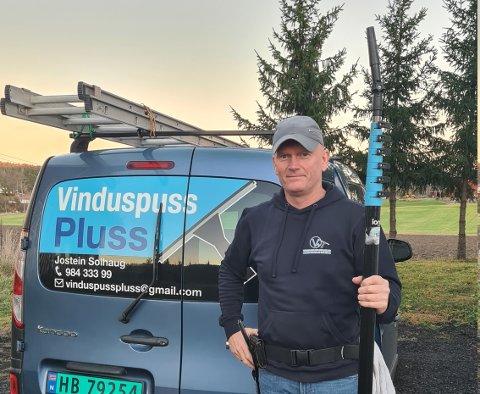 Jostein Solhaug har drevet som viduspusser i 20 år. Nå har han endret selskapsform og blit ansatt i sitt eget aksjeselskap.