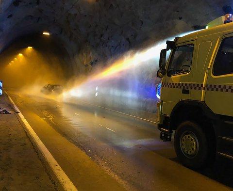 SLUKKING: Den nye brannbilen ble umiddelbart tatt i bruk i en øvelse.
